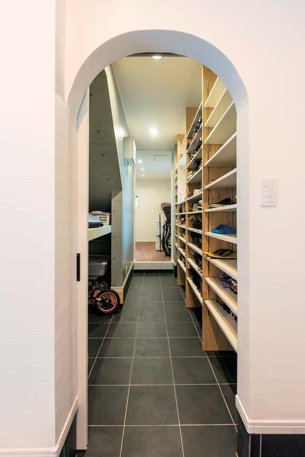 アトリエサクラ【デザイン住宅、間取り、ガレージ】シューズクロークの壁は、ナチュラルテイストを取り入れアーチ状に。奥の部屋まで続く、身支度が便利な動線
