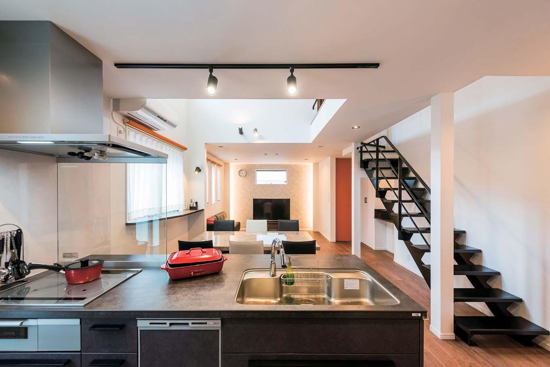 アトリエサクラ【デザイン住宅、間取り、ガレージ】25畳ものリビング全体を見渡せるアイランドキッチン。子どもの様子を見守れ、奥さまも安心してキッチンに立てる