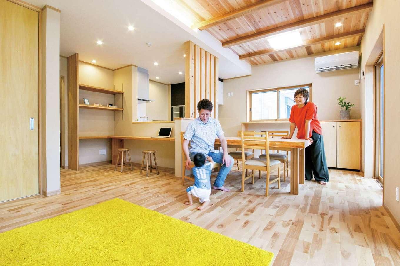 水田建設【二世帯住宅、省エネ、間取り】二世帯共有のLDK。床にはカバの無垢材、壁には珪藻土を使用。スギ板張りの天井が木の魅力をいっそう感じさせる