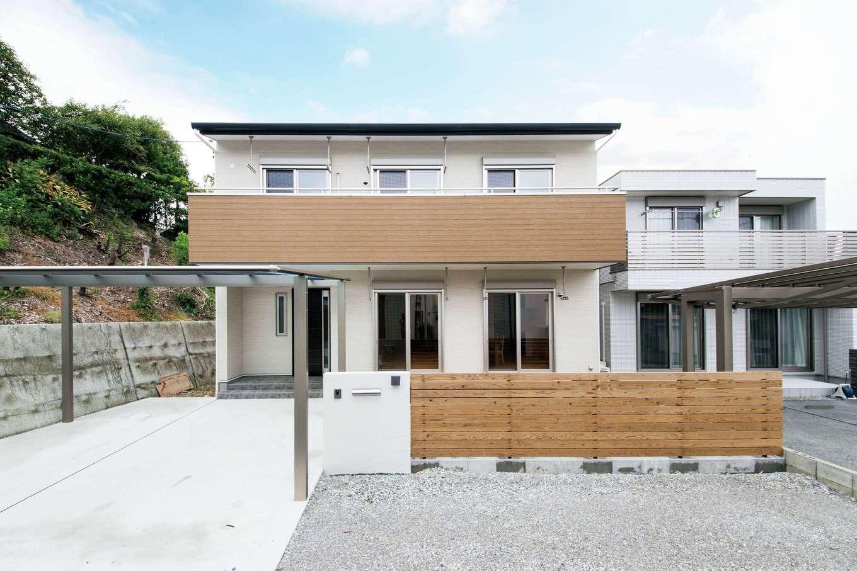 水田建設【二世帯住宅、省エネ、間取り】建物は二世帯分の駐車スペースや擁壁に面した立地を考慮の上でベストな場所に配置。日当たりや風通しも配慮されている