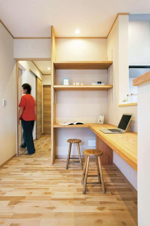 キッチンカウンターは造作棚とつなげてL字型に。ご両親だけで食事をとる時や、パソコン作業など、いろいろ使えて便利