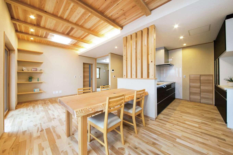 水田建設【二世帯住宅、省エネ、間取り】二世帯共用にしたことでLDKを広々と確保。キッチンとダイニングテーブルには構造上必要な壁をスケルトンにして開放感を強調。リビングと隣接したお母さまの洋室は引き戸をオープンにして広々と使うこともできる