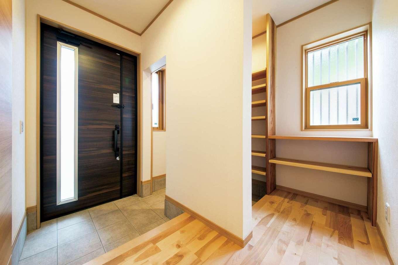 玄関はゲスト用と家族用に分け、シューズクロークを設置。窓際のカウンターには四季の花や小物を飾って楽しむこともできる