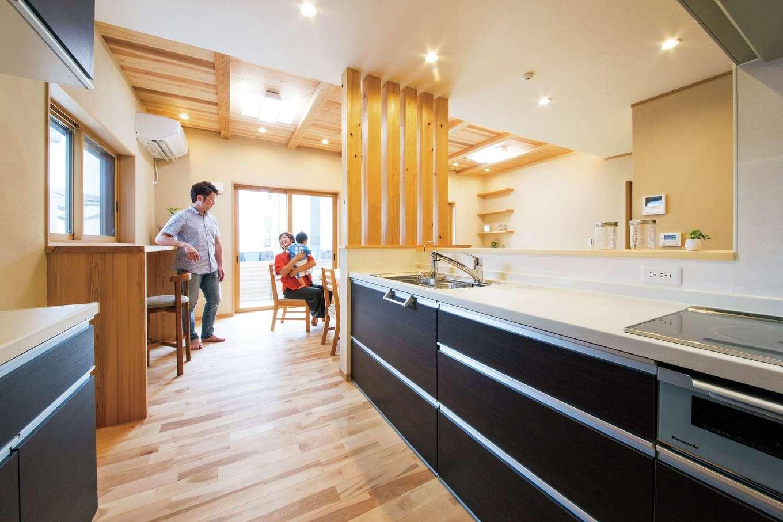 水田建設【二世帯住宅、省エネ、間取り】キッチンは家族と一緒に調理や片付けができるようにワークスペースにゆとりを持たせてある。ダイニングテーブルを一列に配置してあるので、片付けや配膳が効率良くできる