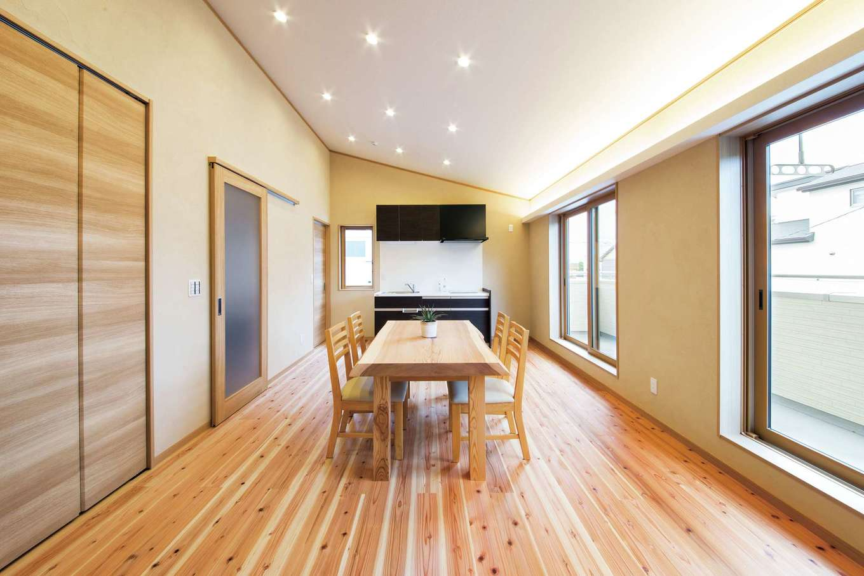 水田建設【二世帯住宅、省エネ、間取り】2階の息子さん一家がプライベートな時間を過ごすセカンドリビング。床は杉の無垢材、壁は珪藻土塗り。ミニキッチンも備わっている