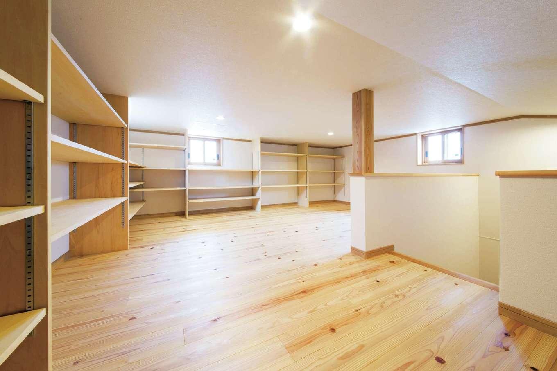 水田建設【二世帯住宅、省エネ、間取り】小屋裏には収納棚をL字型に設けてあり、どこに何があるかが一目瞭然にわかる