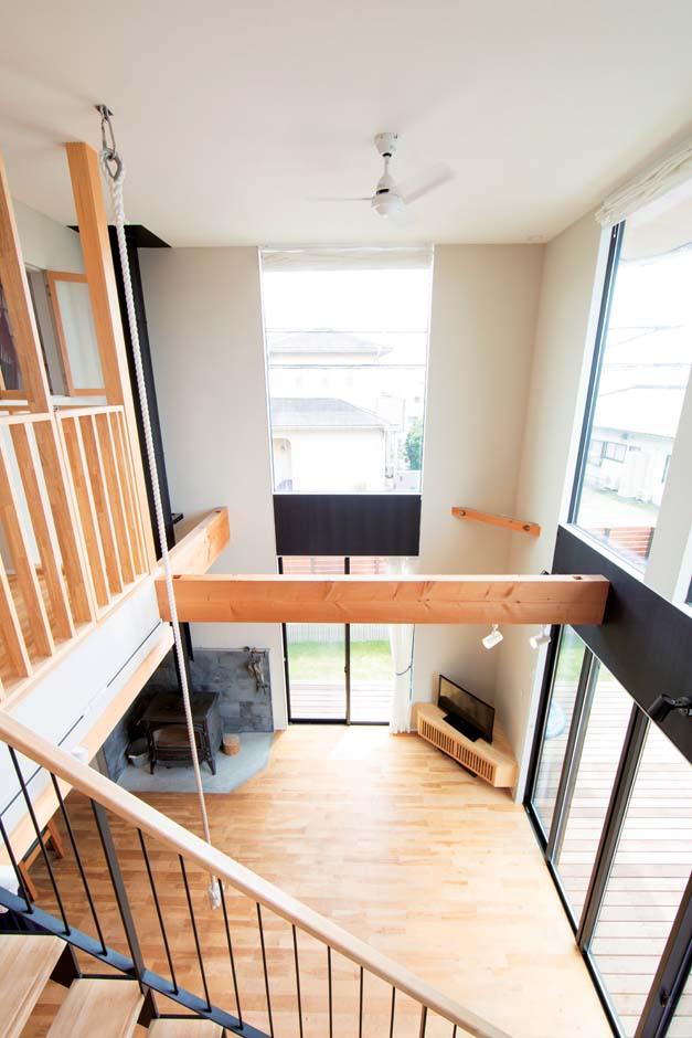 TENアーキテクツ 一級建築士事務所【子育て、間取り、建築家】駿河湾と伊豆半島が見える方向に大きな窓を設置。冬は家族みんなで薪ストーブを囲む
