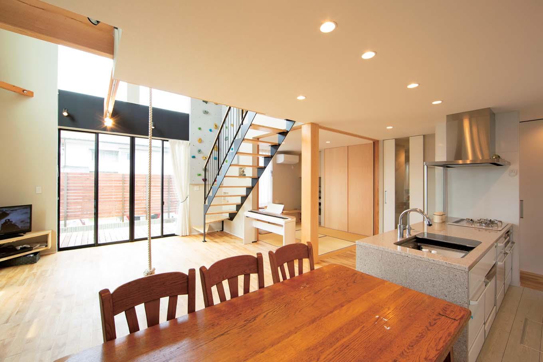 TENアーキテクツ 一級建築士事務所【子育て、間取り、建築家】キッチンから吹抜けを通して2階の気配がわかるので奥さまも安心