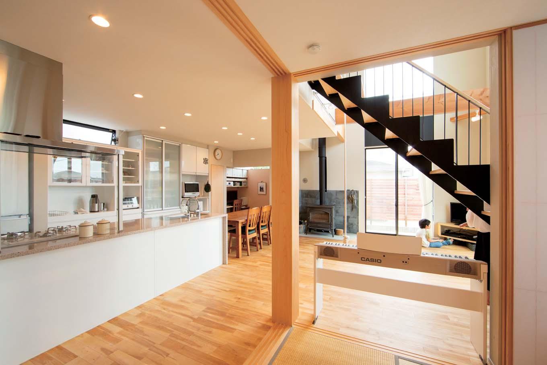 TENアーキテクツ 一級建築士事務所【子育て、間取り、建築家】家族のつながりを感じる、LDKと和室が一体になった開放的な空間。和室はハイドアで仕切ることもできる