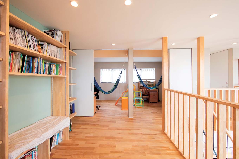 TENアーキテクツ 一級建築士事務所【子育て、間取り、建築家】2階のファミリーライブラリー。ロフト付きの子ども部屋は間仕切りも可能