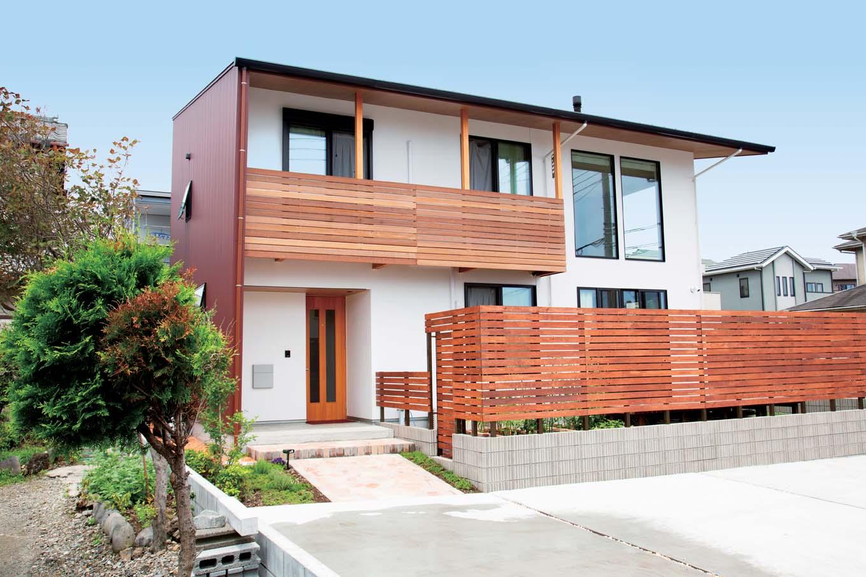 TENアーキテクツ 一級建築士事務所【子育て、間取り、建築家】ガルバリウム、漆喰、木が程よく調和した和モダンスタイルの外観。ウッドフェンスで視線を柔らかく遮る