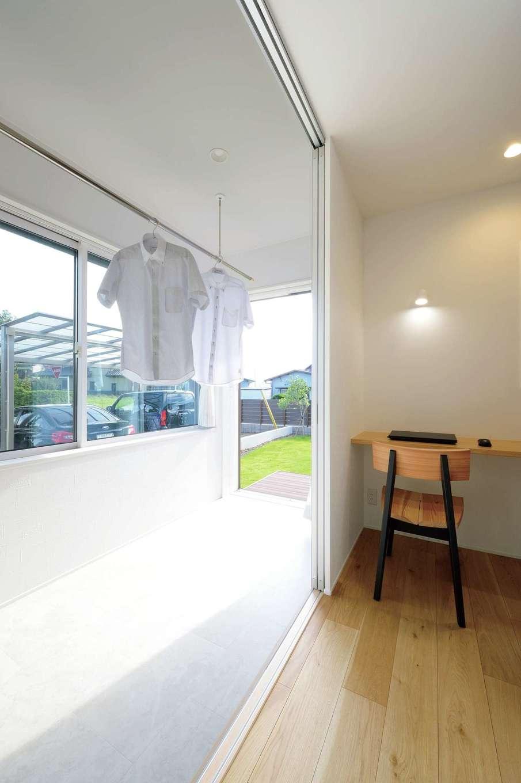 幹工務店【子育て、間取り、平屋】キッチンの隣のサンルームにも全開口型の掃出し窓を採用。日射しが燦々と注ぎ、室内干しでも洗濯物がカラリと乾く