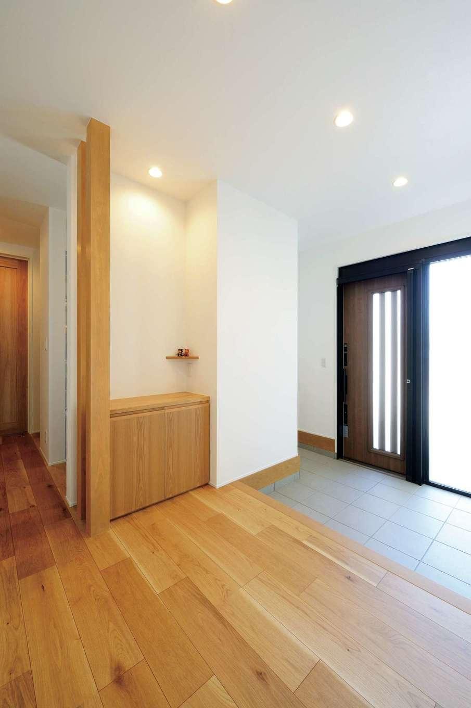 幹工務店【子育て、間取り、平屋】シューズクローク付きの玄関。共有スペースとプライベートスペースを玄関の東西に分けて配置