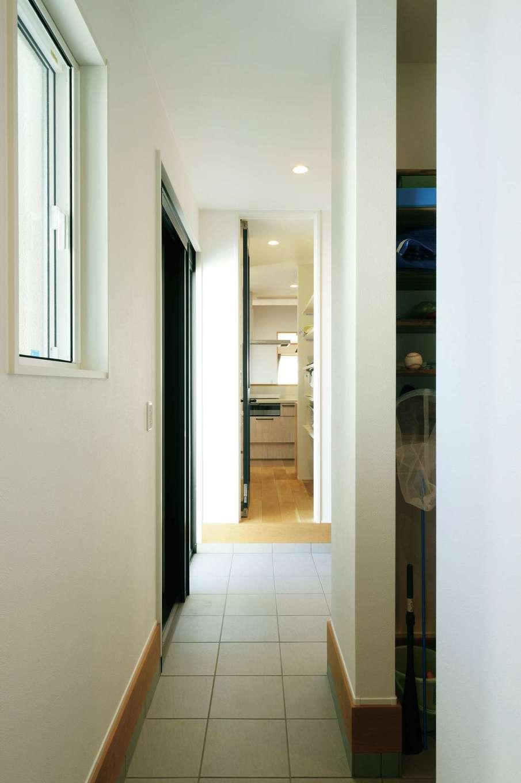 幹工務店【子育て、間取り、平屋】玄関土間は、キッチンのパントリーからプライベートスペースの廊下までつながっている