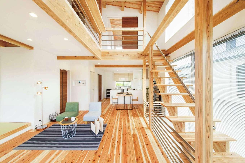 住たくeco工房【1000万円台、間取り、ペット】吹抜けの開放感あふれるLDK。南面に大きな開口部とスケルトンの階段をしつらえ、明るさも十分確保した。階段下のフロアタイルが愛犬の居場所で、かさばるペットグッズもすべて収納している