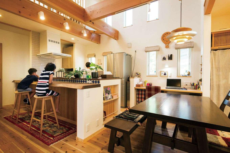 アイジースタイルハウス【デザイン住宅、自然素材、省エネ】呼吸する無垢の木と調質性の高い漆喰に包まれた室内はジメジメ感がなく、夏はさらっと涼しく、冬は乾燥しない潤いのある空間を実現