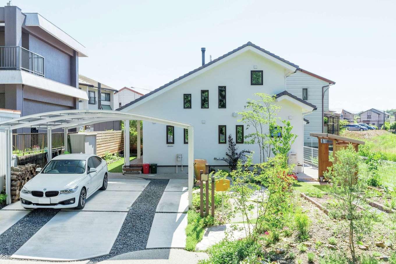 アイジースタイルハウス【デザイン住宅、自然素材、省エネ】大屋根が美しい外観。庭での収穫体験も子どもたちの思い出となっていく