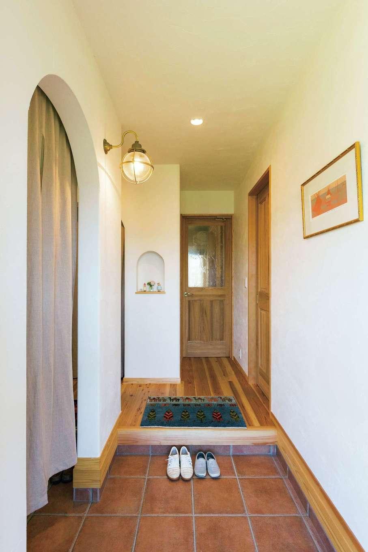 アイジースタイルハウス【デザイン住宅、自然素材、省エネ】玄関のニッチには、手作りの作品や写真を飾って、ホームギャラリーとして楽しむ