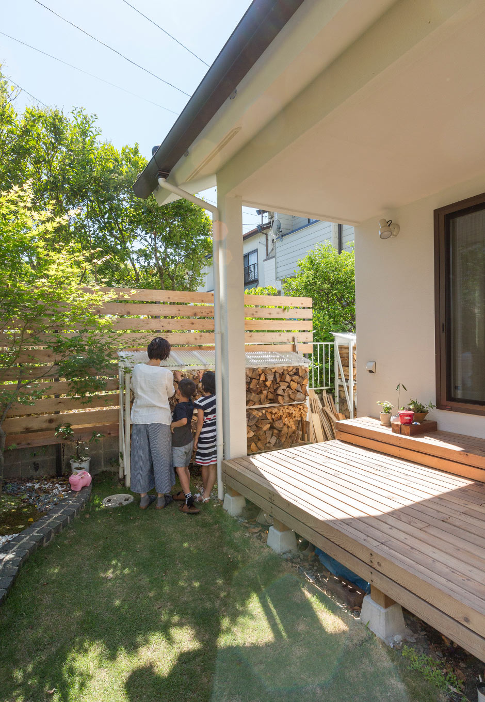 アイジースタイルハウス【デザイン住宅、自然素材、省エネ】ウッドデッキはアウターリビングとして活躍。薪のラックは奥さまのDIY