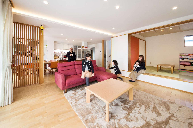 寿鉱業 ナーブの家【デザイン住宅、自然素材、間取り】大きなLDKと和室が繋がった大空間は「大勢のお客様が来ても、みんなが同じ空間にいられるように」とのお施主様の強い想いから実現した。床には無垢のカバ桜材を使用し、室内に明るさとぬくもりを与えている