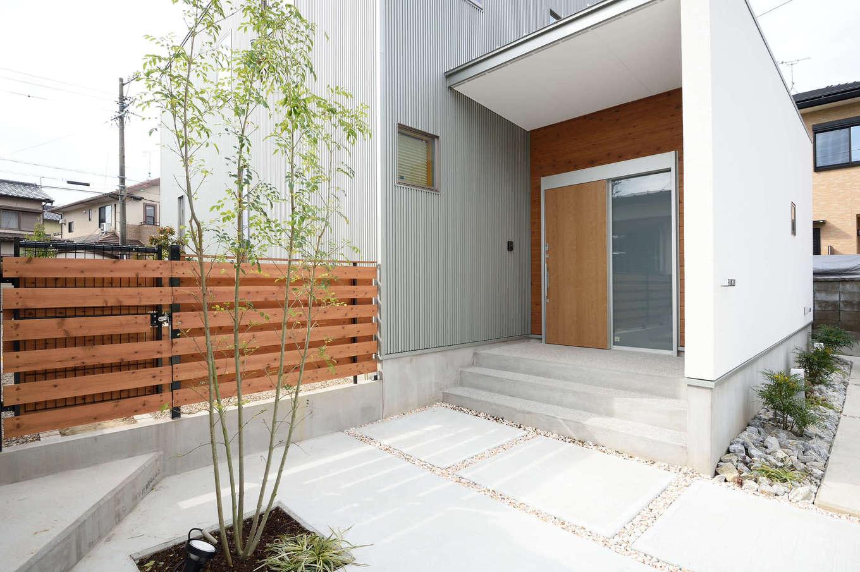 寿鉱業 ナーブの家【デザイン住宅、自然素材、間取り】スッキリした外観とアプローチ。全体がシンプルゆえに、シンボルツリーの緑がよく映える