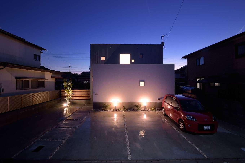 寿鉱業 ナーブの家【デザイン住宅、自然素材、間取り】ガーデンライトにより「真っ白な塗り壁のキャンパス」が引き立つ。夜には光が漏れて、真四角で統一した『窓』が浮き出てくるのもポイント