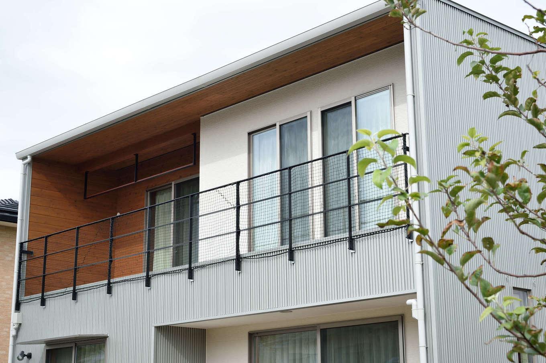 寿鉱業 ナーブの家【デザイン住宅、自然素材、間取り】外壁の一部にも杉板を使用。外観との調和を考え、物干は手すりと同じ素材で製作した、こちらは設計士こだわりの一品
