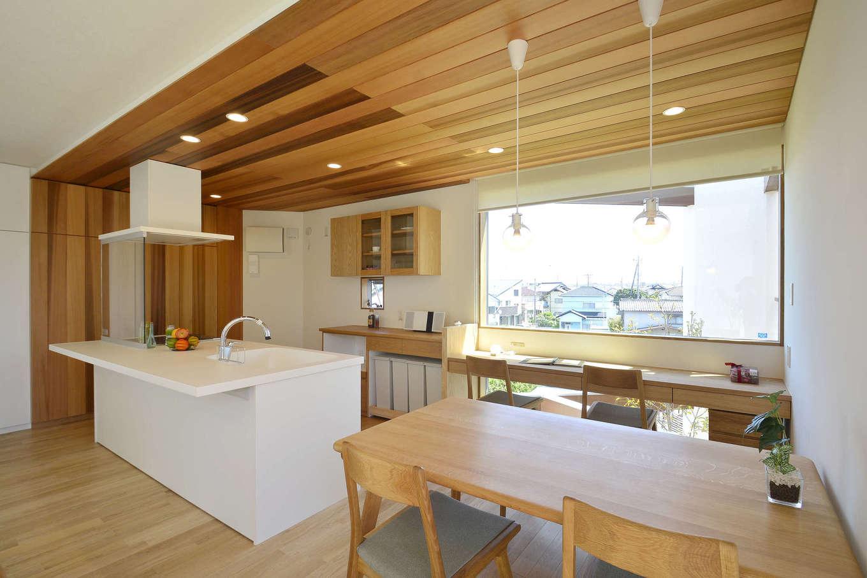 寿鉱業 ナーブの家【子育て、自然素材、間取り】ナラのフローリング、タモで製作した家具。様々な色味をMIXして遊び心いっぱいの米杉の天井。優しい光が日常を彩る明るいキッチン