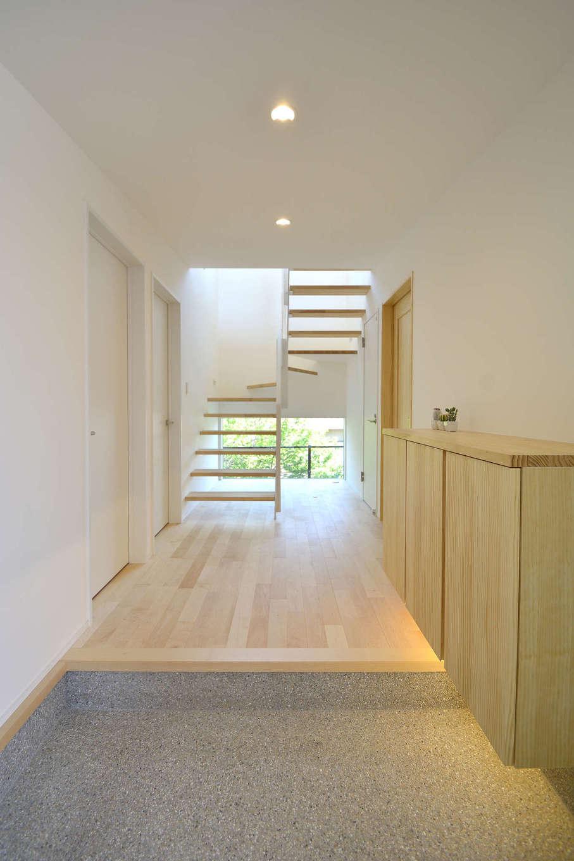 寿鉱業 ナーブの家【子育て、自然素材、間取り】建物の真ん中にある位置する階段はオープン型。更に正面に大きな窓を設けることで、空間が暗くならないように配慮した