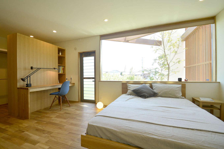 寿鉱業 ナーブの家【子育て、自然素材、間取り】書斎と一体となった主寝室。ベッド側には開放感的な大きな窓。中庭に面するため外部からの視線は心配ない