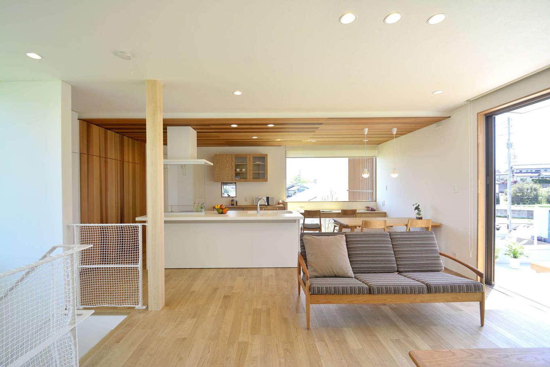 寿鉱業 ナーブの家【子育て、自然素材、間取り】奥行きのあるバルコニーとつなげることで、明るさと広がりを持たせた2階リビング