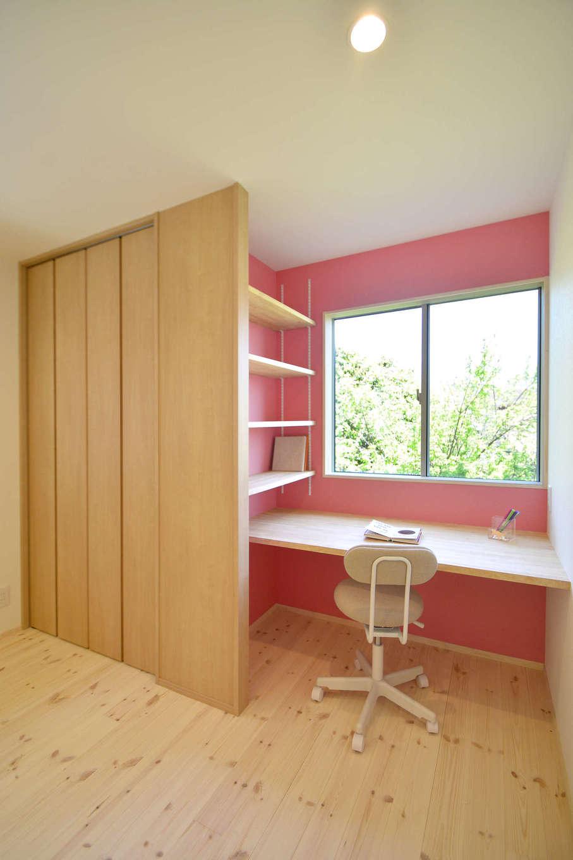 寿鉱業 ナーブの家【子育て、自然素材、間取り】子供たちが大きくなったら間仕切って個室にできるように計画した子供室。スタディデスク、本棚もゴム材で製作している