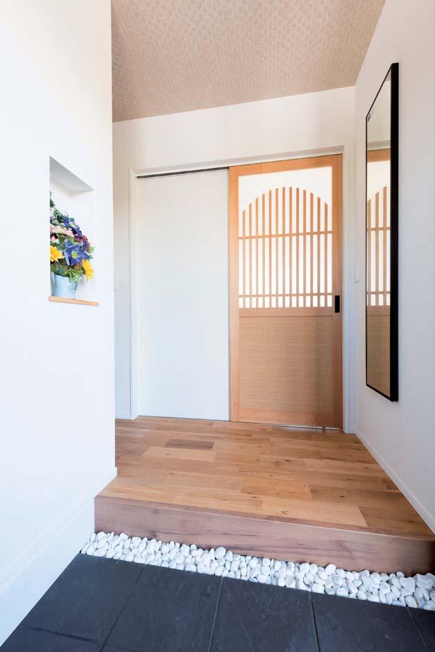 F.Bird HOUSE(袴田工務店)【子育て、間取り、屋上バルコニー】ご主人好みの「和」をモチーフにした玄関ホール。半月をあしらった建具は設計士からの提案