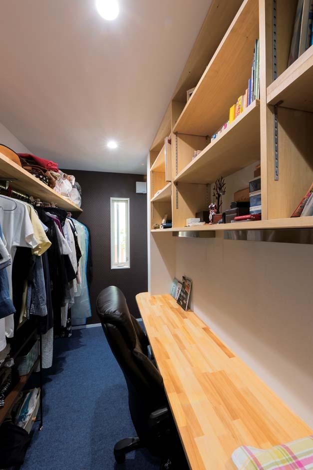 F.Bird HOUSE(袴田工務店)【子育て、間取り、屋上バルコニー】主寝室内のウォークインクローゼットに設けた書斎。机と棚は造作。この空間が落ち着ける