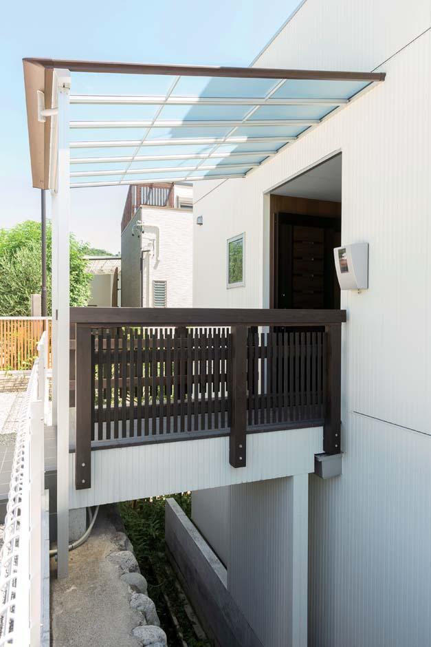 F.Bird HOUSE(袴田工務店)【子育て、間取り、屋上バルコニー】崖に建っているため、桟橋を渡って玄関にアクセスするという珍しいプランニング。LDKが2階にあたり、主寝室と子ども部屋が1階になる
