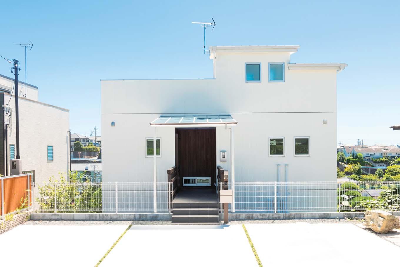 F.Bird HOUSE(袴田工務店)【子育て、間取り、屋上バルコニー】青空にくっきりと映える白亜の外観。中央部分が玄関へといざなう桟橋