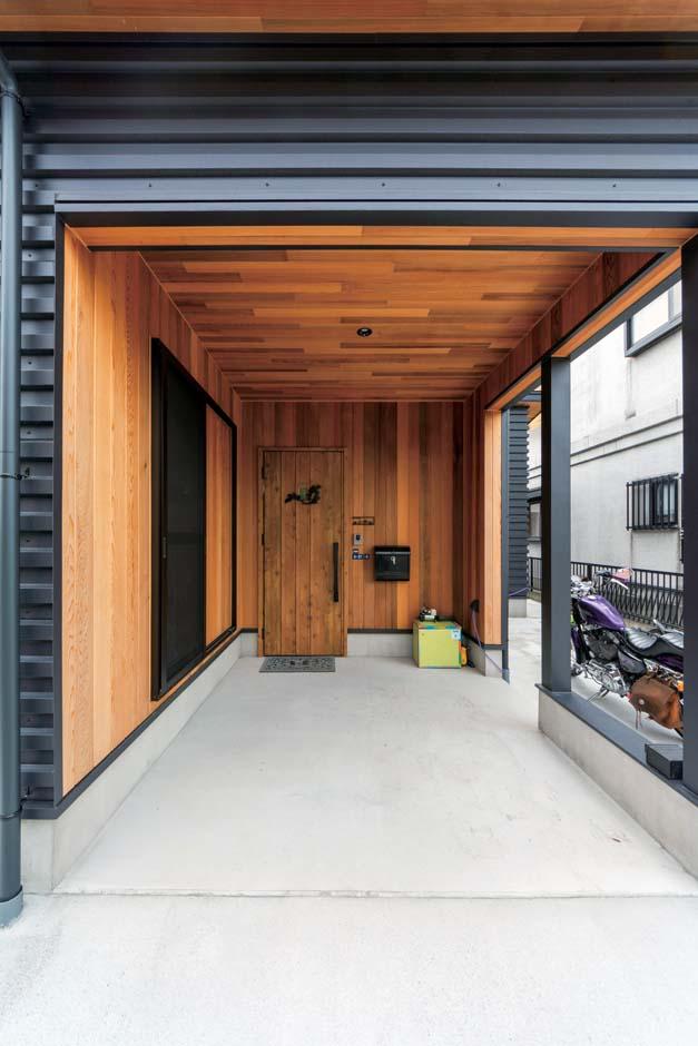 西川建設~Life is Dream~【子育て、収納力、間取り】玄関ポーチはぬくもりのあるレッドシダー貼り