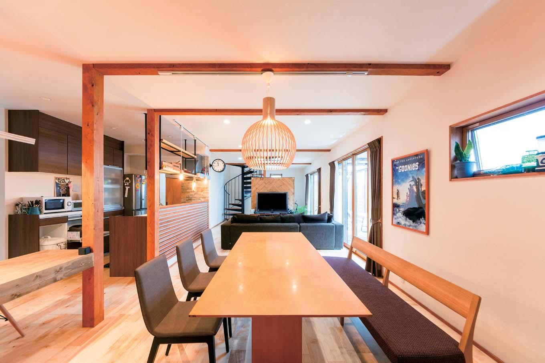 西川建設~Life is Dream~【子育て、収納力、間取り】ダイニング、リビングが横並びになったLDK。床は子どもたちの足にやさしい無垢のカバ。白っぽい木の色が空間を明るく見せてくれる。木材の塗料は万一なめても安心なものを使用