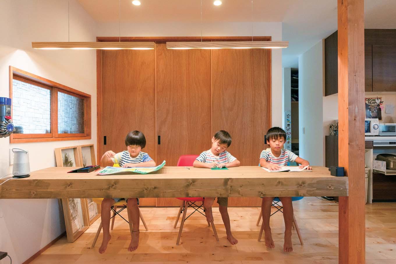 西川建設~Life is Dream~【子育て、収納力、間取り】キッチン横にパインの一枚板でスタディコーナーを設けた。後ろは子どもたちの勉強道具の収納になっている