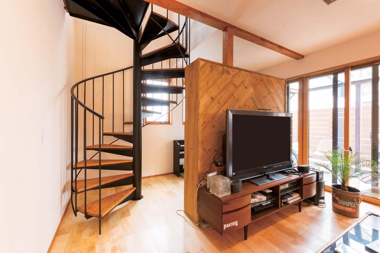 西川建設~Life is Dream~【子育て、収納力、間取り】省スペースで空間のアクセントにもなるらせん階段。造作テレビボードは配線もすっきりしまえる仕様