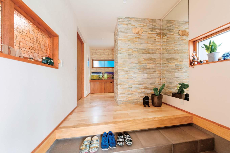 西川建設~Life is Dream~【子育て、収納力、間取り】大家族にふさわしい広めの玄関。石張りの壁は店舗をイメージ