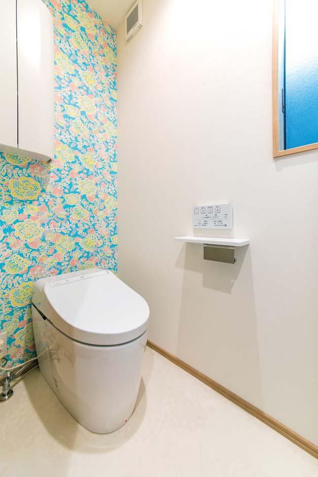 久保田建設【和風、省エネ、間取り】暗くなりがちなトイレにアクセントクロスを貼って華やいだ雰囲気に