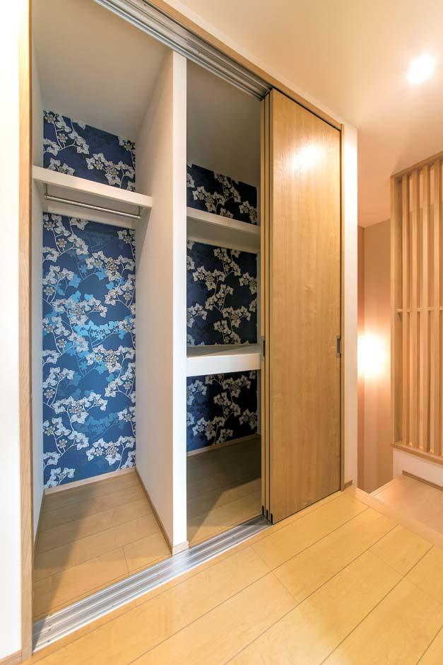 久保田建設【和風、省エネ、間取り】クローゼットの内壁に着物をイメージしたデザインクロスを貼って遊び心を演出