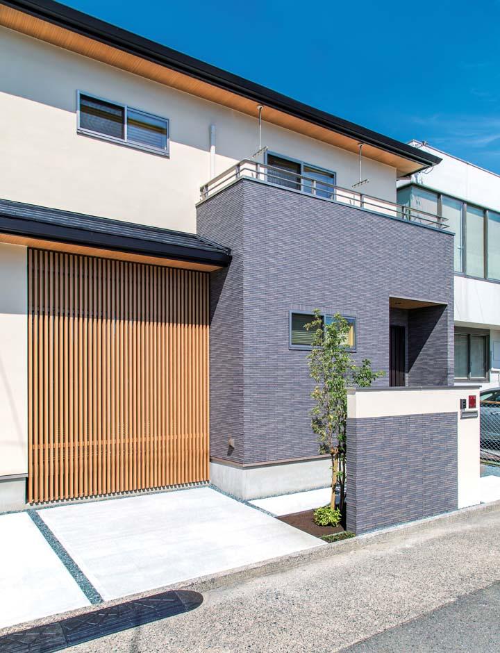 久保田建設【和風、省エネ、間取り】グレーのタイルを効果的に使い、ファサードをより引き立たせる。軒天にも木目を使うことで上質な仕上がりになった