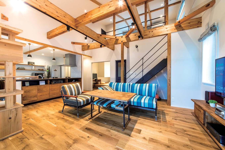 KureKen 榑林建設【デザイン住宅、省エネ、ペット】室内には外観からは想像もつかない、伸びやかな空間が広がる。床は猫ちゃんのことを考え、風合いとキズのつきにくさのバランスから、オークを選択。オリジナルで製作してもらったアイアンの階段と手すりも大満足の仕上がり