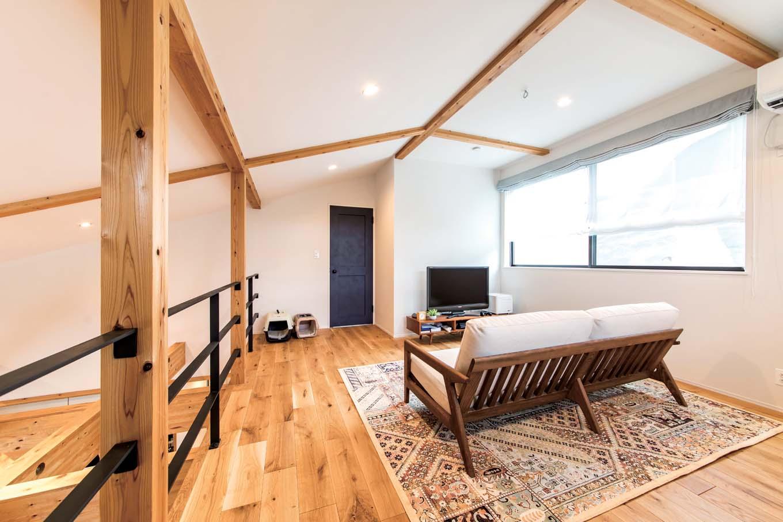 KureKen 榑林建設【デザイン住宅、省エネ、ペット】ロフト部分にあるファミリースペースは、役割を限定せず、LDKや奥の寝室の機能を拡張。ドアは1階2階とも、すべてブルーに統一した