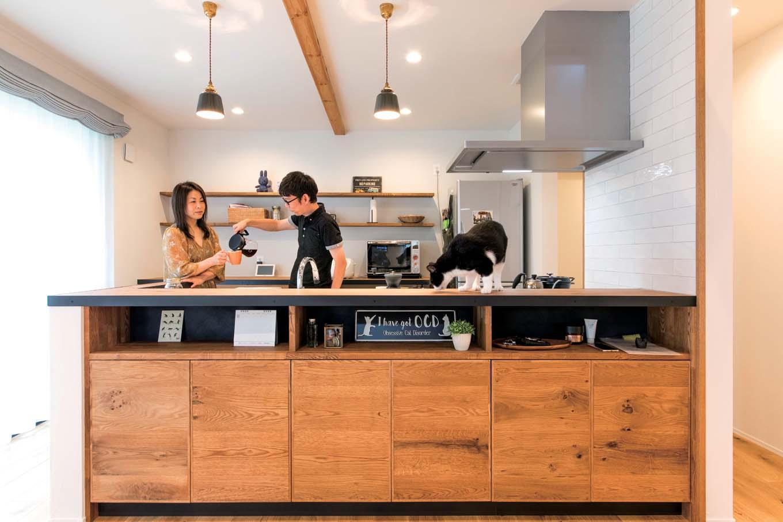 KureKen 榑林建設【デザイン住宅、省エネ、ペット】キッチンカウンターは、棚の高さや扉の幅など奥さまが描いた図面を元に造作された。ポイントは、天板の縁に回された黒いアイアン。ナチュラルな空間に洗練と落ち着きがブレンドされ、コーヒーを淹れるひとときも特別な時間に