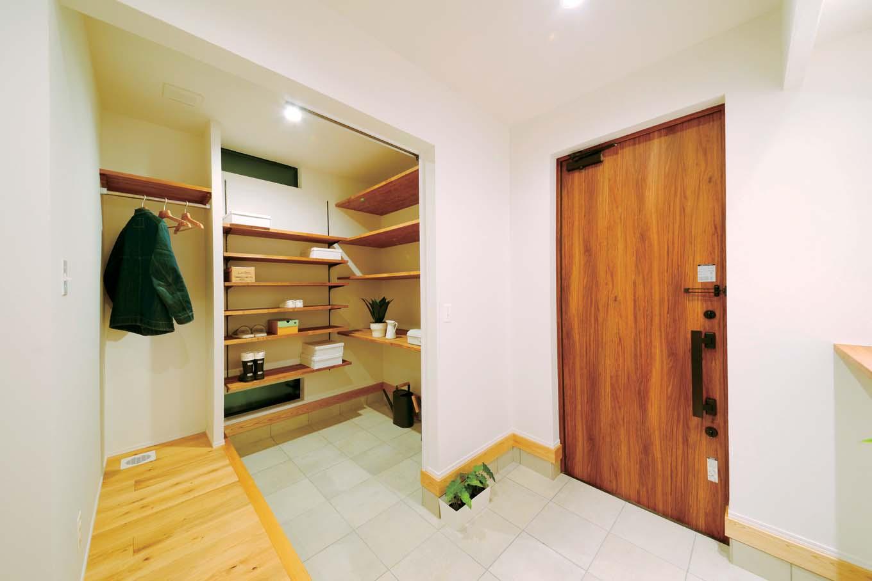 KureKen 榑林建設【デザイン住宅、省エネ、ペット】普段は仕切りを開いて大きく使い、来客時はシューズクローク部分を目隠し。容量だけでなく、使い勝手まで考慮されている