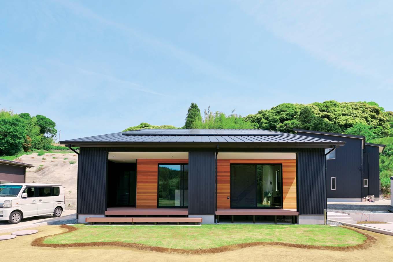 KureKen 榑林建設【デザイン住宅、省エネ、ペット】屋根の勾配を極力抑えることで、通り側からは平屋のように見える。一面のみホワイトアッシュを張り、適度な個性とあたたかみを演出