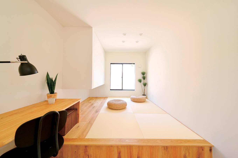 KureKen 榑林建設【デザイン住宅、省エネ、ペット】LDKとひと続きの和室は、ご主人の仕事場になったり、客間になったり。洋にもなじむ明るいしつらえや広さをもたらす吊り押し入れなど、「こうしたい」を詰め込んだ